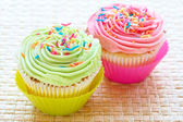 Vanilla cupcakes with strawberry and lime icing — Stock Photo