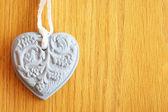 Kształt kamienia serca na tle drewniane — Zdjęcie stockowe