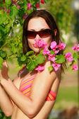 Frau hält eine Blume — Stockfoto