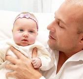 Père heureux avec un bébé — Photo