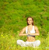 Femmina sana facendo yoga — Foto Stock
