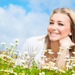 Happy girl enjoying daisy flower field — Stockfoto