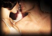 Lyckliga paret kyssas — Stockfoto