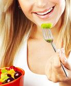 Mooi meisje eten vruchten — Stockfoto