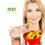 chica guapa comiendo ensalada de frutas — Foto de Stock