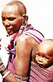 Bambino e la madre di famiglia tribale africana — Foto Stock