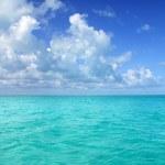 Caribbean sea horizon on blue sky vacation day — Stock Photo