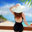 Beach hat rear view woman cocktail tropical beach — Stock Photo