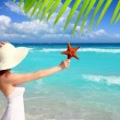 Beach hat woman starfish in hand tropical Caribbean — Stock Photo