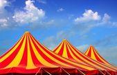 Rojo naranja y amarillo patrón despojado de la tienda de circo — Foto de Stock