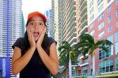 Schöne latin teen hispanischen mädchen mütze überraschung geste — Stockfoto