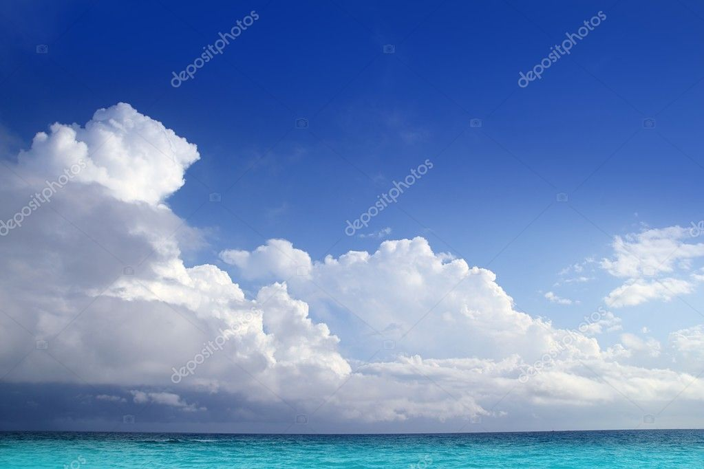 Caribbean aqua sea clouds in blue sky cloudscape horizon — Stok fotoğraf #5393971