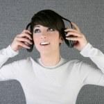 futuristiska mode kvinna höra musik hörlurar — Stockfoto