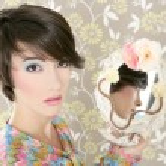 Retro woman mirror fashion portrait tacky — Stock Photo #5495440