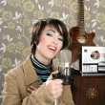 retro 60-talet sångare kvinna mikrofon gitarr rulle tejp — Stockfoto