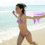 mooie vrouw uitgevoerd in bikini op het strand — Stockfoto