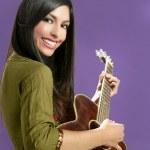 bella bruna suonare la chitarra acustica — Foto Stock