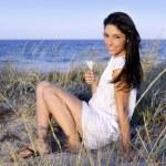 mooie brunette die zich voordeed op het strand — Stockfoto