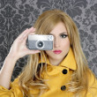 Fashion photographer retro camera reporter woman — Stock fotografie
