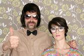Nörd fåniga par retro man kvinna ok hand tecken — Stockfoto