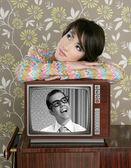 Retro kvinna i kärlek med tv nörd hjälte — Stockfoto