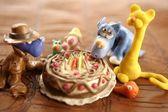 Leksak plastilina födelsedagen kaka över vita — Stockfoto