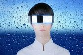 Zilveren futuristische glazen vrouw achter dropsoing glas — Stockfoto