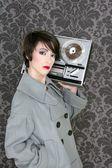Retro open reel tape vrouw luisteren muziek — Stockfoto