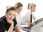 Tre affärskvinna helpdesk isolerad på vit — Stockfoto