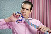 Podnikatel zdůraznil, s nůžky na stříhání kravatu — Stock fotografie