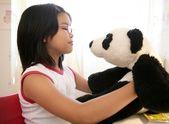 パンダぬいぐるみのクマとアジアの女の子 — Stock fotografie