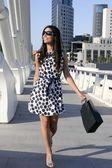 Mooie brunette shopaholic buiten stad — Stockfoto