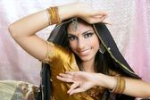 Estilo moda tradicional morena indiana linda — Foto Stock