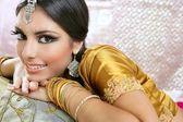 美しいインド ブルネット伝統的なファッションのスタイル — ストック写真