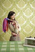 Mulher de espanador limpeza retro dona de casa dos anos sessenta — Foto Stock
