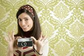 Retro photo camera woman green sixties wallpaper — Стоковое фото