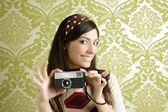 Retro photo camera woman green sixties wallpaper — Zdjęcie stockowe
