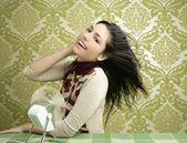 Papel de parede o vintage dos anos sessenta de mulher ventilador ar retrô — Foto Stock