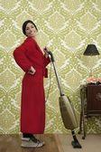 Badjas retro huisvrouw vrouw stofzuiger — Stockfoto