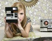 Mujer foto retro cámara en sala vintage — Foto de Stock