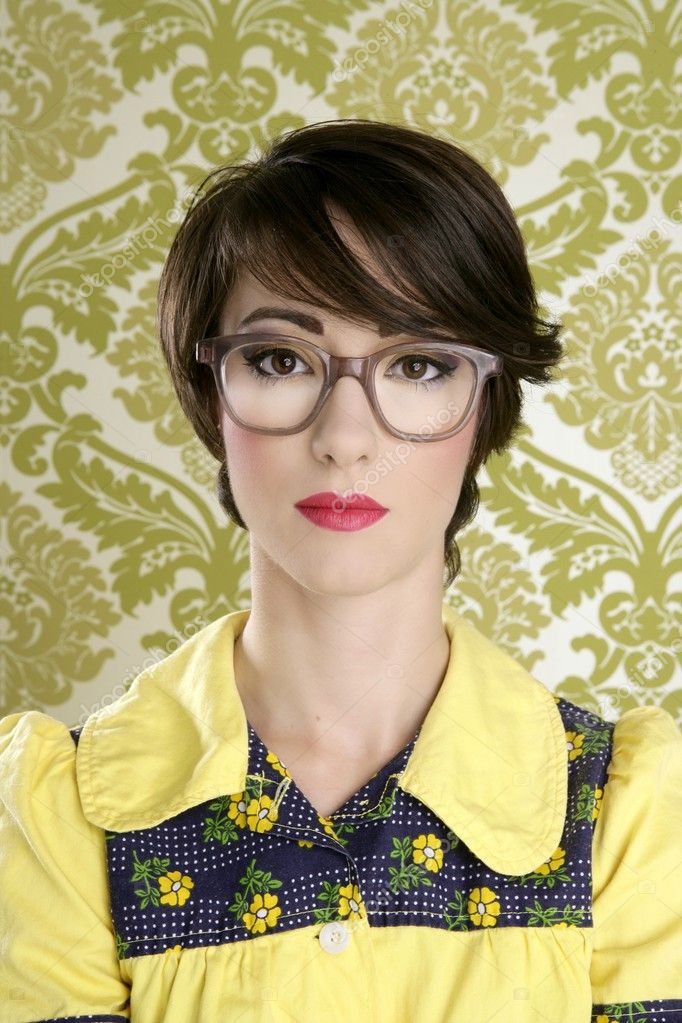 Nerd woman retro portrait 70s wallpaper vintage housewife — Stock Photo #5495419