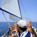 marinero navegando en el mar. velero sobre azul — Foto de Stock