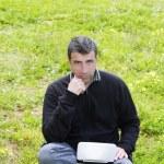 homme travaillant sur l'ordinateur portable de meadow grass — Photo
