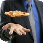 o empresário e a sucata de fast food, pizza — Foto Stock
