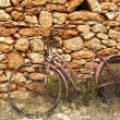 Aged weathered bicycle vintage stone wall — Stock Photo