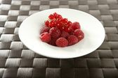Redcurrant and raspberries — Stock Photo