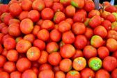 Red tomato mound in vegetables market — Stock Photo