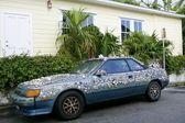 Carro engraçado, decorado com conchas do mar — Fotografia Stock