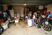 Messy abandoned garage full of stuff — 图库照片