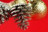 Noel dekorasyon, xtmas çam ağacı, kırmızı arka plan — Stok fotoğraf